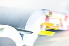 Livro branco marcado pela nota pegajosa foto de stock