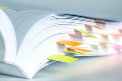 Livro branco marcado pela nota pegajosa imagens de stock royalty free