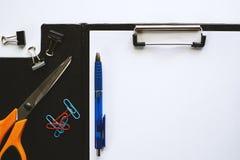 Livro Branco na prancheta com artigos de papelaria da ferramenta do escritório Foto de Stock