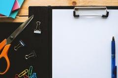Livro Branco na prancheta com artigos de papelaria da ferramenta do escritório Imagem de Stock Royalty Free