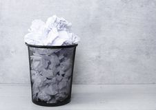 Livro Branco no balde do lixo Fotografia de Stock Royalty Free
