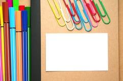 Livro Branco no caderno de kraft com marcadores e grampos Foto de Stock Royalty Free