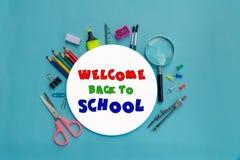 Livro Branco redondo com rotulação da boa vinda de volta à escola e ao grupo de equipamento de escola foto de stock royalty free
