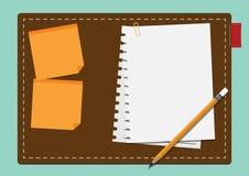 Livro Branco vazio e nota amarela da vara na placa de couro no projeto liso Fotografia de Stock