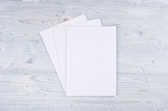 Livro Branco vazio A4, envelope na luz suave - placa de madeira azul Imagens de Stock