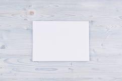 Livro Branco vazio A4, envelope na luz suave - placa de madeira azul Zombaria acima para a identidade de marcagem com ferro quent Imagens de Stock