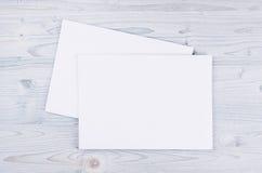 Livro Branco vazio A4, envelope na luz suave - placa de madeira azul Zombaria acima para a identidade de marcagem com ferro quent Imagem de Stock