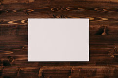 Livro Branco vazio A4, envelope na placa de madeira do marrom do vintage Zombaria acima para a identidade de marcagem com ferro q Foto de Stock Royalty Free