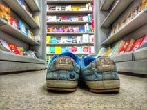 Livro claro velho do mercado das sapatilhas Fotografia de Stock