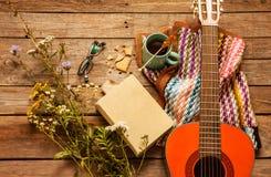 Livro, cobertura, café e guitarra clássica na madeira imagem de stock royalty free