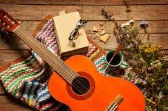 Livro, cobertura, café e guitarra clássica na madeira fotografia de stock royalty free