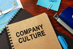 Livro com cultura de corretora de Títulos em um escritório foto de stock royalty free