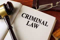 Livro com lei criminal do título em uma tabela fotografia de stock