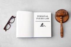 Livro com LEI das palavras os FERIMENTOS PESSOAIS foto de stock royalty free