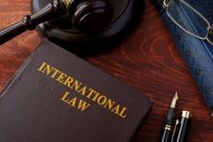 Livro com lei internacional do título imagens de stock royalty free