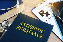 Livro com resistência do antibiótico do título foto de stock royalty free