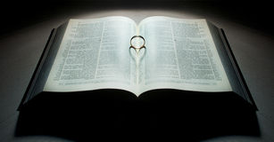 Livro com um anel coração-dado forma Fotografia de Stock