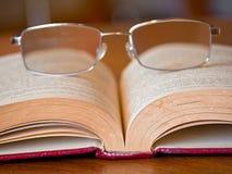 Livro com vidros Imagem de Stock Royalty Free