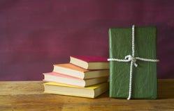 Livro como um presente imagem de stock