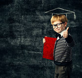 Livro da educação do aluno, criança nos vidros com diploma fotos de stock royalty free