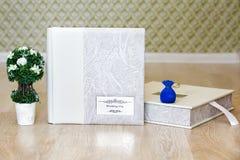 Livro da foto do casamento, árvore decorativa e caixa de presente da joia Fotografia de Stock