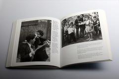 Livro da fotografia por Nick Yapp, duas estudantes que jogam o jogo dos Conkers em Kent imagem de stock royalty free