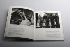 Livro da fotografia por Nick Yapp, maestro do ônibus no trabalho em Londres 1955 Fotografia de Stock