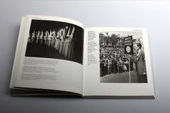 Livro da fotografia por Nick Yapp, por membros do Ku Klux Klan KKK e por membros da liga branca da defesa Imagens de Stock Royalty Free