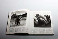 Livro da fotografia por Nick Yapp, prisioneiros da guerra na Coreia do Norte 1950 Imagens de Stock