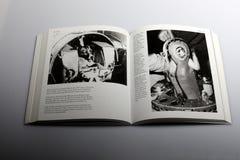 Livro da fotografia por Nick Yapp, viagem do macaco no espaço Foto de Stock Royalty Free