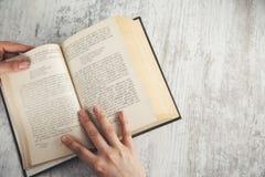 Livro da mão da mulher imagem de stock