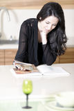 Livro da receita da leitura da mulher Foto de Stock Royalty Free