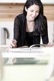 Livro da receita da leitura da mulher Fotos de Stock Royalty Free