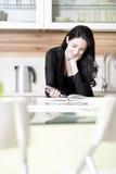 Livro da receita da leitura da mulher Imagem de Stock Royalty Free