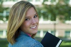 Livro da terra arrendada do estudante fêmea Fotos de Stock Royalty Free