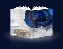 Livro das rosas e das alianças de casamento fotos de stock
