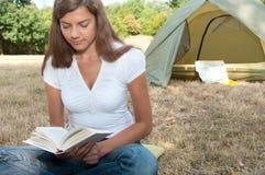 Livro de acampamento da barraca da mulher Imagem de Stock