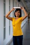 Livro de balanço bonito do estudante fotografia de stock royalty free