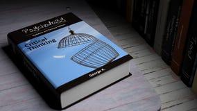 Livro de capa dura na psicologia com ilustração na tampa Fotografia de Stock Royalty Free
