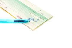 Livro de cheques com a pena no fundo branco imagem de stock royalty free