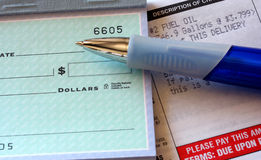 Livro de cheques e petróleo Bill fotos de stock