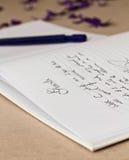 Livro de convidado wedding aberto com uma pena imagens de stock