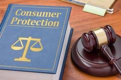 Livro de lei com um martelo - proteção ao consumidor Imagens de Stock Royalty Free