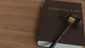 Livro de LEI CRIMINAL e martelo do juiz Animação 3D conceptual ilustração stock