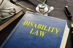 Livro de lei da inabilidade e estetoscópio em uma mesa imagem de stock royalty free