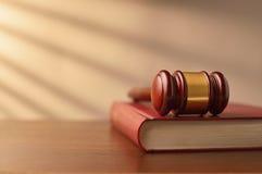 Livro de lei e martelo dos juizes Fotos de Stock