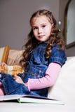 Livro de leitura 10 da menina imagens de stock royalty free