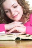 Livro de leitura fotografia de stock royalty free