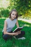 Livro de leitura adolescente da menina Imagens de Stock