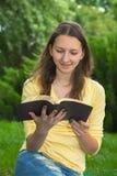 Livro de leitura adolescente da menina Fotos de Stock Royalty Free